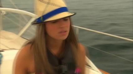 Мейси изтрещява заради лодката,а Джо си пее докато Ник се опитва да я успокои