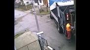 Камион за сметоизвозване помля тротоар и се изнесе набързо.