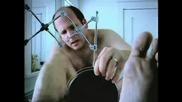 Мъж си бръсне задника