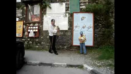 Дете свири на гайда