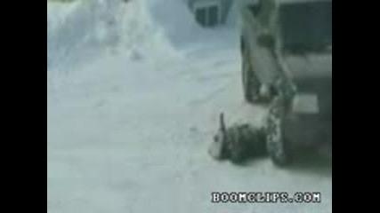 Смях: Идиот с шейна се удря в камион Яко