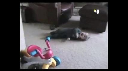 Малко дете симулира, че пада... смях