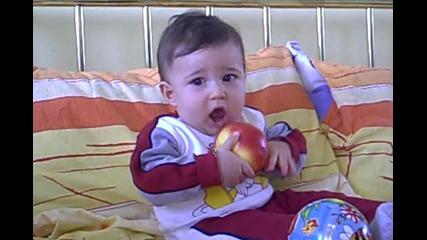 Криско се опитва да яде ябълка