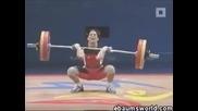 Жена се напикава докато вдига тежести