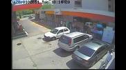 Кражба от кола на паркинг заснета от камера