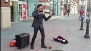 Уличен музикант свири на електрическа цигулка!
