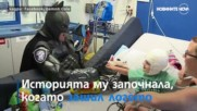 Полицай се превръща в супергерой, за да помага на деца
