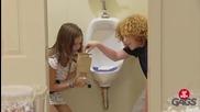 Смях ! Деца дават на хората да опитат най-новите бонбони от писоар ! Скрита камера !