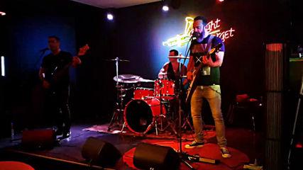 Група Gang забива в бар Target в Бургас. Парче на Offspring