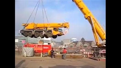 50 тонен кран е вдигнат във въздуха !