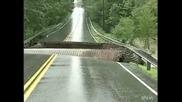 Преливаща река унищожава път за минути!