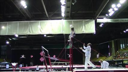Треньор спасява състезателка от травма по време на световното по спортна гиманстика в Канада