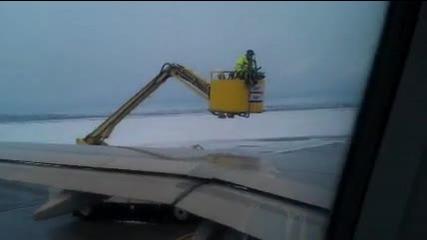Обработка на крилото на Airbus A-320 срещу обледеняване. Летище София.
