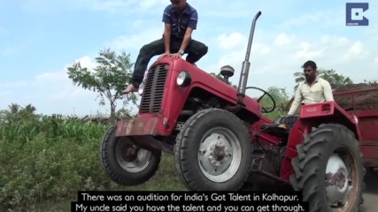 10-годишно дете прави уникални неща с трактор! Направо няма да повярвате!