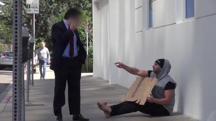 Експеримент: Бездомник дава пари на хората