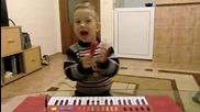 Крисчо свири на пиано