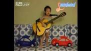 Две Годишно Дете Свири И Пее