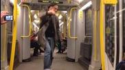 Луд танцьор в метрото