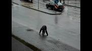 Пиян Мъж Пресича Улицата На Четири Крака