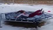Скок върху замръзнал батут .