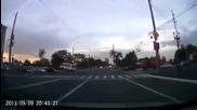Шофьора на автобуса преминава на зелено, а на жълто го удря друг автомобил, на който свети червено!
