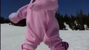 Момиченце на 1 год кара сноуборд невероятно
