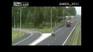 Полицай бива блъскан от кола докато отклонява движението
