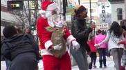 Еленът на Дядо Коледа Рудолф тръгна по улиците на Сащ, за да плаши минувачите