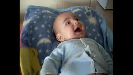 Бебе Коко Се Смее