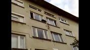 kuche iska da skochi ot 4 - tiq etaj na blok v troian