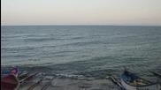 Вълни на рибарското пристанище