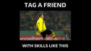 Футболист на Борусия Дортмунд загравя с дъвка преди мача Felix Passlack