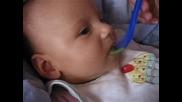 Бебе Се Храни За Първи Път