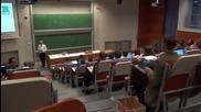 Студент дойде на лекцията с пишеща машина!