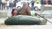 С лодка по наводнената улица Варна - Бедствие във Варна 19 Юни 2014