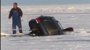 Риболовът върху лед носи големи рискове ,като този!