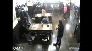 Вижте какво направи този, докато в ресторанта нахлуха въоръжени обирджии!