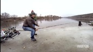 Пичове си купонясват върху парче лед в река