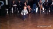 Двегодишно дете танцува чудесно Paso Doble