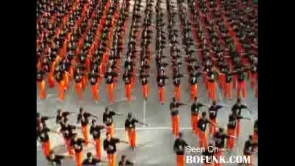 Затворници танцуват в памет на Michael Jackson