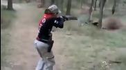 Малко момиче стреля като барета. Само вижте какво прави с оръжията!