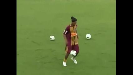 Само Роналдиньо има такъв контрол върху топката !!