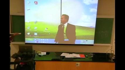 Професор разсмива студенти в университет