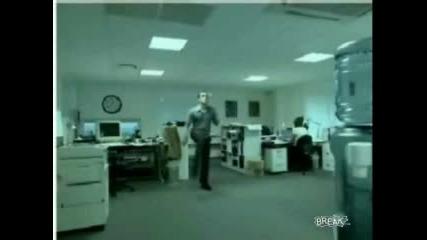 Кретен Си Играе С Топка В Офис