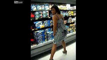 Негърка върти сланинест гъз в Walmart
