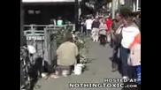 Клошар - Свежарка Плаши Хората По Улицата