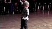 2-годишен сладур обра овациите на публиката