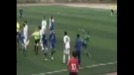 Наказаха футболист да не играе футбол до живот заради каратистки удар : X