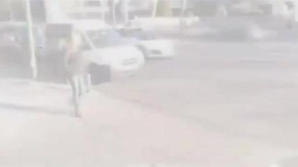 Роналдо прави път на млада дама на улицата