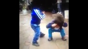 Деца танцуват.хихи